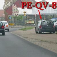 Auf der B 1 in Denstorf, Richtung Vechelde, kurz nach der Star Tankstelle, rechte Seite auf dem Gehweg steht der dunkelblaue VW Golf 4 Variant (PE-QV-87). 50 kmh.