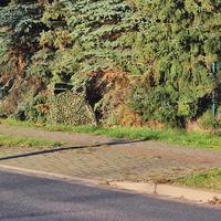 Blitzer auf der B 244 in Badersleben, Albert Klaus Straße, Richtung Dardesheim, an der Hecke unter einem Tarnnetz. 50 kmh. Dazu gehört ein blauer VW Caddy (HWI-VE-44).