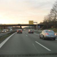 ESO Lichtschranke mit Fotoeinheiten für beide Spuren unmittelbar vor der Ausfahrt Winterbach FR Stuttgart. Der Aufbau ist hinter der dreifachen Leitplanke gut versteckt.