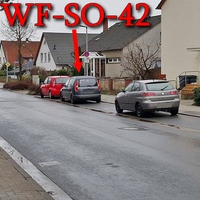 Dunkelgrauer Skoda Roomster (WF-SO-42), steht auf dem Alten Weg, gegenüber vom Klinikum, rechte Seite in den Parkbuchten. 30 kmh.