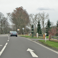 Stationäre Blitzersäule, auf der B 214 in Hülperode, nach der Shell Tankstelle, rechte Seite, in Richtung Braunschweig. 50 kmh. Diese Säule ist geleast vom LK Gifhorn.