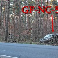 Blitzer auf der B 248 Wolfsburg Richtung Salzwedel, genauer aus Barwedel Richtung Ehra auf etwa halber Strecke. Mitten im Wald, 5 km unbebautes Areal und gerade Strecke, ein Schelm wer da denkt es geht ums Kasse machen! 100 kmh erlaubt. Der graue VW Caddy Maxi (GF-NC-508) steht im Waldweg neben der Anlage.