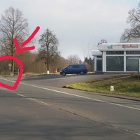 """Neuer Blitzer im Kreis Unna: Einseitensensor mit Foto/Blitzeinrichtung in Tarnfarbe und  """"Steuerfahrzeug"""" Mercedes Benz Sprinter in Dunkelblau. Geräte sind ziemlich klein und lassen sich dadurch sehr gut verstecken."""