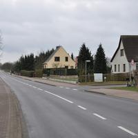 """Leezen Rtg. Görslow Ecke Bussardweg, meist steht das Gerät jedoch an der Hecke """"hinter"""" der Einfahrt (wie früher das Traffipax)"""