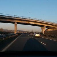 Oben an der Brücke hängt eine Kamera mit LED Blitz. Dort sind 130 km/h erlaubt