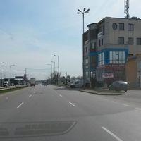 Die Polizei steht mit der Radarpistole am Straßenrand und hält dort auch gleich die Autos an.