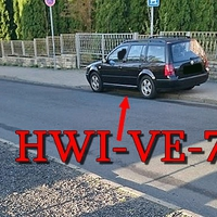 Schwarzer VW Golf 4 Variant (HWI-VE-77), in der Gerichtsstraße. 30 kmh.