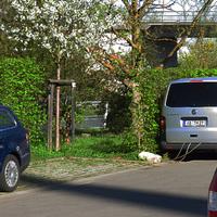 Das für die Kraftfahrer unsichtbare Messfahrzeug steht hinter den Büschen. Silberner VW Bus mit AB-TH 27