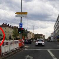 """Der """"PoliScan red+speed"""" hat es in sich. Zwei Digitalkameras in der 2,50 Meter hohen Säule überwachen das Verkehrsgeschehen. Verstöße dokumentiert die Elektronik jeweils mit zwei Fotos, dazu werden Ort, Fahrspur, Tag und Uhrzeit festgehalten – bei Rotlicht-Verstößen zudem die Sekunden zwischen dem Umspringen der Ampel auf Rot und dem Überfahren der Haltelinie an der Ampel.  Mit der Blitzanlage des Wiesbadener Bildverarbeitungs-Spezialisten Vitronic geht die Polizei in Nürnberg neue Wege.  Quelle:http://www.nordbayern.de"""