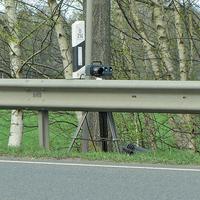 B214 Braunschweig Richtung Celle, an der Leitplanke, am zweiten Abzweig nach Bröckel. 70 kmh. Leivtec auf Stativ, dazu gehört ein dunkelblauer VW Touran.