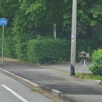 Am Zebrastreifen, höhe Harzklinik, auf der Lilienthalstraße. Heute stadtauswärts, Richtung B 82. 50 Kmh. ESO-Einseitenmesssensor. Der silberner VW Caddy (GS-FD-214) steht hinter der Hecke.