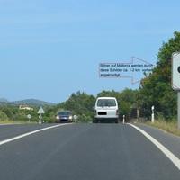 Autofahrer werden durch diese Schilder auf Mallorca vor den Blitzer gewarnt.