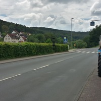 Bild in Fahrtrichtung WEST aufgenommen, kurz vorm Ortsausgang am Fußgängerüberweg.