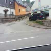 B169 Richtung Aue in Bad Schlema in der Einfahrt kurz nach dem Suzuki-Autohaus (neuestes Messgerät TraffiStar S350, dunkelblauem Mercedes Vito mit Z-Kennzeichen)