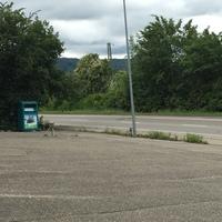 beidseitig, Messfahrzeug steht auf dem Parkplatz hinter den Wohnwägen.