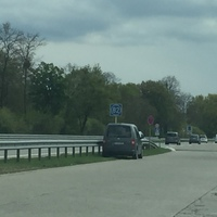 Grauer VW Caddy rechts am Autobahnende