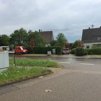 Messfahrzeug steht in der Seitengasse, beidseitig, kurz nach der Tankstelle