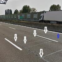 Tutor Geschwindigkeitsmessung, hier am Boden sind Sensoren, (mit weiss Pfeil Markiert). Wenn Fahrzeug Fahrt über diese Sensoren mit alle 4 Rad,  Sensoren senden Geschwindigkeit an Kamera (rot Pfeil).  Wenn Fahrzeuglenker fahrt nur mit 2 Rad über Sensoren dann ist Messung ohne Erfolg.  Am Besten ist Fahren linke oder rechte Spur über weise Markierung (blaue Pfeil). Diese Erklärung hab ich von 3 Italiener bekommen.