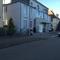 """stadtauwärts, zwischen """"Europcar"""" und """"Schuh Hermann"""", es wird ein Foto von Vorne und von der Seite gemacht (Seitenprofil), Motorradfahrer werden bei dieser Variante auch geblitzt"""
