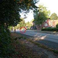 HH-CJ 2982 in Richtung Bramfeld auf dem Fußweg. 5Min. später war er weg (markierte Stelle).