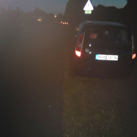 Fahrzeug aus der Flucht zur Fahrbahn und Fahrzeug steht schief.