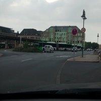 In Höhe des zentralen Busbahnhofs in der 30er Zone in Richtung Petersberger Straße. Vorsicht Blitzt aus einem Silbernen Peugeot von vorne.