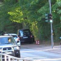 HH-CJ 2982 vor der Schule in Richtung Volksdorf