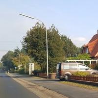 Brauner Caddy auf Hofeinfahrt in Schwefingen. Fahrtrichtung Meppen, EL CM 475.