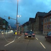 stationärer Blitzer, stadtauswärts Rotlicht und Geschwindigkeit