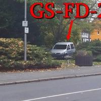 Blitzer am OA GS-Oker, B 498 Talstraße, Ecke Rosenstraße. In Richtung Okertal. Fahrzeug (silberner VW Caddy GS-FD-214), zu dem ESO-Einseitenmesssensor, steht im Gebüsch an der Rosenstraße. 50 kmh.
