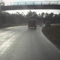 Messfahrzeug direkt unter Brücke.