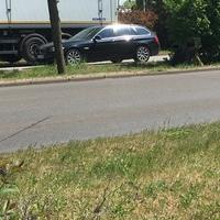 Auf dem Mittelstreifen Höhe Opel Autohaus.