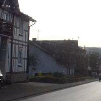 roter Opel Astra Kombi, hinter einem Hauseingang