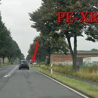 Anfahrt auf den Blitzer auf der B 1 zwischen BS Lamme (Raffturm) und PE Denstorf, kurz nach der Stadtgrenze Braunschweig / Landkreis Peine, beidseitig. 80 kmh. Beiger VW T5 (PE-XR-23) steht im Feldweg an der Scheune, die Kenner erkennen ihn vom Weiten schon.
