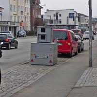 Grauer Blitzer-Anhänger  ME RO 663 steht abgesenkt vor Haus Nr. 65a in der Fackenburger Allee stadteinwärts blitzend ...