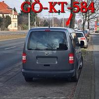 Altbewährte Stelle, Berliner Straße höhe der Total Tankstelle, noch vor der Fußgängerampel. Dort steht der graue VW Caddy Maxi mal wieder neues Kennzeichen dran gähhnn Auto bleibt immer das Selbe, (GÖ-KT-584), ehemals (SZ-YS-849), rechte Seite auf dem Parkstreifen, stadtauswärts. 50 kmh.