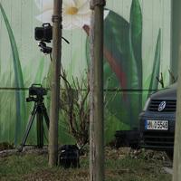 Richtung Mainlände: Nahaufnahme des Messgerätes, des höher angebrachten Blitzes und des abseits geparkten Messwagens (grauer VW Caddy, HN-O 5548)