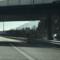 Blitzer steht unter der Brücke