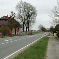 Blitzer auf der B 1 Helmstedt Fahrtrichtung Süpplingen, höhe Nordschacht, nach der Bushaltestelle rechts hinter dem Zaun. 100 kmh. Erst zu sehen wenn es bereits zu spät ist. Hier die Anfahrt aus der Gegenrichtung. Gemessen würde einseitig Richtung Süpplingen mittels ESO 3. 0 Anlage. Beiger VW T5 (HE-QF-793), stand in der Nähe