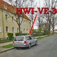 Blitzer in Halberstadt, auf der Oststraße in Richtung Bahnübergang. Gegenseitig geparkt steht der silberner VW Golf 4 Variant (HWI-VE-36). 30 kmh.