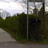 steht gut getarnt neben einer grünen Hecke in der Einmündung Weg am Umspannwerk Richtung Stadtteil Doberlug