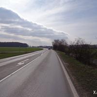 Anfahrt Richtung Adelsdorf. Mittlerweile gilt hier Tempo 70.