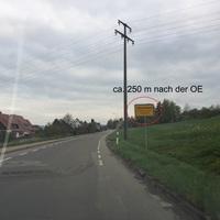 Blitzer steht auf Privatgrundstück ca. 250 m nach der OE, beidseitig