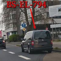 Stammgäste an ihren Stammplätzen, diesesmal wohl zu einer schlechten Uhrzeit, da alle Parkplätze belegt waren. Es wurde sich konsequent vor die Parkplätze gestellt. Auf der Wolfenbütteler Straße, stadteinwärts, kurz nach der Brauerei Wolters, auf der rechten Seite, vor dem Abzweig Riedestraße. Grauer VW Caddy Maxi, (BS-EL-794). 50 kmh.