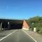 """kurz vor der Tunneleinfahrt, direkt nach dem """"BITTE EINFEDELN""""-Schild, aus FR Aalen-Industriegebit bzw. McDonald´s wird die Geschwindigkeit auf 50 km/h verringert, allerdings löst der Blitzer auf beiden Seiten erst ab 70 km/h aus"""