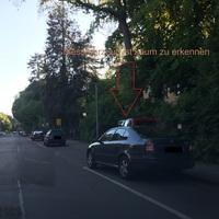 Messfahrzeug steht auf dem Parkplat, weshalb man den Blitzer erst zu spät erkennt oder gar nicht. Blitzer steht auch gut versteckt, beidseitig