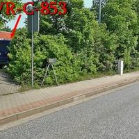 Blitzer in Wernigerode, auf der Benzingröder Chaussee, stadteinwärts. Kurz vor dem Abzweig am Horstberg, Nähe dem Fußgängerüberweg, rechts in der Hecke ESO 3.0 Anlage. Der dunkelblaue VW T5 (WR-C-853) steht hinter der Hecke. 50 kmh.