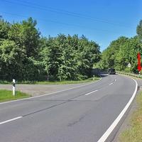 Blitzer zwischen Harlingerode und dem Gewerbegebiet Harlingerode, nach der B 6 Brücke, in der Kurve. Beidseitige ESO 3.0 Anlage, der silberne VW T5 (GS-ES-3000), versteckte sich weiter weg im Feldweg. 70 kmh.