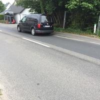 Schwarzer Vw Caddy am Straßenrand