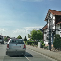 Attrappe!!! Hier steht eine recht gut gelungene Blitzerattrappe einer grau schwarzen Vitronic-Blitzersäule, vor einem Haus auf Privatgrund. Auf der B 188 in Weyhausen, in Fahrtrichtung Gifhorn, rechts am Straßenrand. Ist eine Attrappe wird hier aber ständig gemeldet. Da diese schon gut gelungen ist.